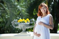 孕妇白色礼服 免版税库存照片