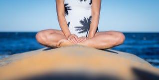 孕妇的半身体白色夏天游泳衣的,坐 免版税库存照片