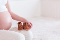 年轻孕妇的腹部 免版税库存照片