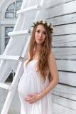 年轻孕妇的画象 库存照片
