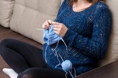 孕妇编织 免版税库存图片