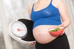孕妇重量概念 免版税库存图片