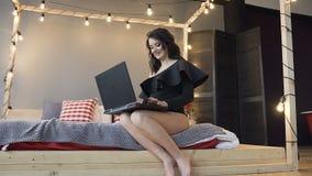孕妇,母性,很快母亲,愉快的怀孕的概念与膝上型计算机的在家 股票视频