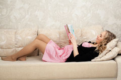 孕妇读一本书 免版税库存图片