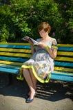 孕妇读书杂志 图库摄影