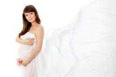 孕妇(28星期)有空白薄绸的披肩的 库存照片