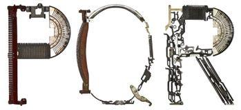 字母表在` P, Q, R上写字从金属零件装配的` 库存照片