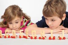 字母表演奏铁路的男孩女孩 免版税图库摄影
