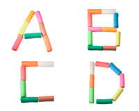 字母表b c d在彩色塑泥上写字 免版税库存照片