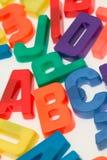字母表backgr在磁性白色上写字 免版税库存照片