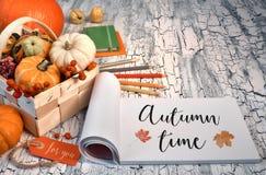 字法`秋天与秋叶的时间`在关于土气桌的块笔记 库存照片