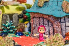 字符Masha小雕象从普遍的动画片的关于Masha和在手工制造工艺风景的熊 有限景深 库存图片