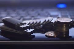 存储卡和金钱在膝上型计算机键盘 免版税图库摄影