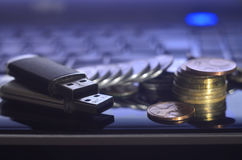 存储卡和金钱在膝上型计算机键盘 库存图片