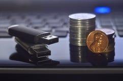 存储卡和金钱在膝上型计算机键盘 免版税库存图片