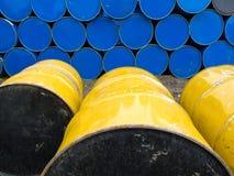 存储的桶五颜六色的金属油栈 免版税库存照片