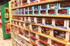 存放儿童的男孩的玩具汽车 免版税库存图片