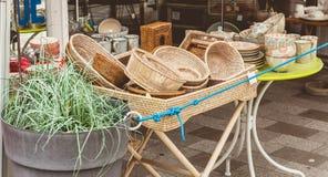 存放前面出售篮子、板材和其他家庭项目 免版税库存图片