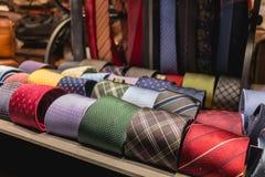 存放卖意大利领带和辅助部件的陈列室 免版税库存图片