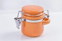 存放大块产品的橙色陶瓷瓶子 免版税库存照片