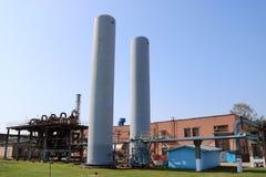 存放的空气,在精炼厂的氮气,石油化学制品,化学制品两辆大蓝色紧急坦克 免版税库存图片