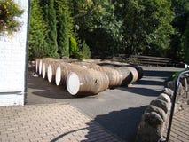 存放酒精的木罐头在槽坊 免版税库存照片