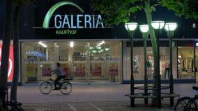 存放Galeria Kaufhof和人乘坐的自行车,法兰克福前面  影视素材
