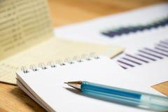 存款簿背景,与笔的笔记本和财政图表 库存照片