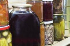 存贮在餐具室搁置用自创罐装被保存的水果和蔬菜 库存图片