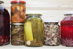 存贮在餐具室搁置用自创罐装被保存的水果和蔬菜 免版税库存照片