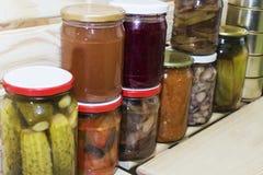 存贮在餐具室搁置用自创罐装被保存的水果和蔬菜 免版税库存图片