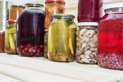存贮在餐具室搁置用自创罐装被保存的水果和蔬菜 免版税图库摄影