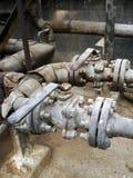 存贮蒸汽也加热在废旧石油屋子里面的地堡c坦克和那辆坦克并且有防爆设备为 图库摄影