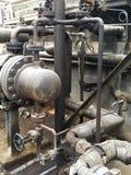 存贮蒸汽也加热在废旧石油屋子里面的地堡c坦克和那辆坦克并且有防爆设备为 免版税库存照片