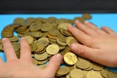 存金钱为退休并且占银行业务财务概念,有硬币金钱的人手在营业所桌葡萄酒样式 免版税图库摄影