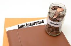 存金钱在汽车或汽车保险 免版税库存照片