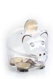 存钱罐、硬币和欧洲票据 节约金钱钞票黑色计算器的概念 钞票特写镜头 库存照片