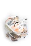 存钱罐、硬币和欧洲票据 节约金钱钞票黑色计算器的概念 钞票特写镜头 免版税图库摄影