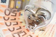 存钱罐、硬币和欧洲票据 节约金钱钞票黑色计算器的概念 钞票特写镜头 库存图片