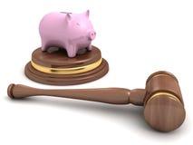 存钱罐和一根木法律拍卖惊堂木在白色 免版税库存照片