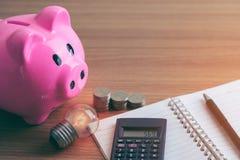 存钱罐和笔记本对商业投资计划储款 免版税库存照片