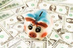 存钱罐有金钱的钱箱 免版税库存图片