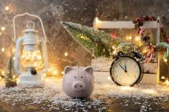 存钱罐,圣诞装饰,木箱,红色蜡烛,雪,灼烧的诗歌选照片  库存图片
