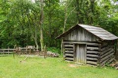 存贮棚子和用马拉的搂草机 免版税图库摄影