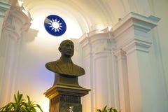 孙中山国徽和雕象在中山堂,修造总统办公室,台湾 免版税库存照片