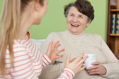 孙女和祖母笑 图库摄影