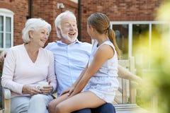 孙女谈话与祖父母在参观期间与养老院 库存照片