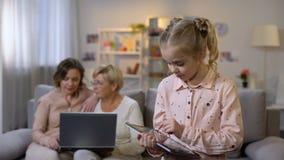 孙打片剂比赛的,使用膝上型计算机,技术的母亲和祖父母 影视素材