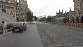 孟买印度2012年5月:在拥挤的街上的车辆交通在CST路轨头(维多利亚终点) &市政公司总店附近 股票视频
