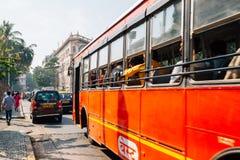 孟买市和局部总线在孟买,印度 图库摄影